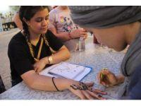 Turistlerin gözdesi Hint kınasıyla dövme