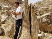 HDP'li milletvekili kendisini kayaya zincirledi! / VİDEO