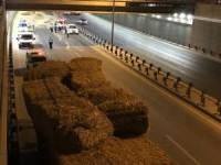 Ankara'da saman yüklü tır alt geçide çarptı