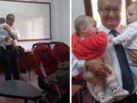 Profesör, kucağında ikiz bebeklerle ders anlattı