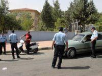 Okul önlerinde polisten şok uygulama