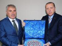 Cumhurbaşkanı Erdoğan'dan Başkan Memiş'e plaket