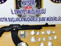 Uyuşturucu operasyonunda gözaltına alınan 3 kişi otomatik tüfek ile yakalandı