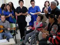Diyaliz hastası genç kader arkadaşlarına gitarıyla moral veriyor