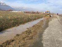 Belediye ekiplerinden kanal temizlik çalışması