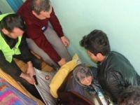 Yataktan çıkamayan 190 kiloluk yaşlı kadını 8 kişi taşıdı