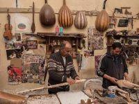 Fas'ta geleneksel müzik aletleri yapımı