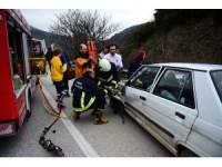Bursa'da otomobil bariyere çarptı: 2 yaralı