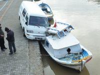 Minibüs balıkçı teknesine çarptı