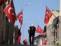 Evlerinden Türk bayrakları inmiyor