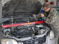 Savaş uçaklarından sonra otomobil tamir ediyor