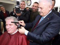 Başbakan Yıldırım vatandaşı traş etti