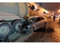Beyoğlu'nda otomobil hafriyat kamyonuna çarptı: 2 yaralı