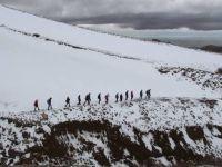 Dağın karlı zemininde Mehmetçik için doğa yürüyüşü