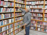 'Eşekli kütüphane' ile kazandığı okuma alışkanlığını 77 yaşında da sürdürüyor