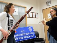 Çalınan enstrümanlarını bulan polislere konser verdiler