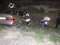Devrilen otomobilde 3 yaralı