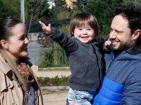 Kemancı anne ve şarkıcı babanın downlu oğlu müzikle büyüyor