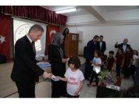 """Öğrencilere """"Dedem Kadı Burhaneddin"""" kitabı dağıtıldı"""