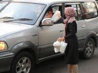Endonezya'da trafikte kalanlara iftariyelik hizmeti