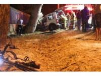 GÜNCELLEME - Hafif ticari araç önce bisikletlilere sonra ağaca çarptı