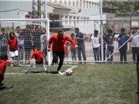 Bakan Bak, bayrağı yerde bırakmayan Şırnaklı çocuklarla maç yaptı!