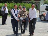 Konya'da yaşlı adam oy kullanacağı sandığa sandalyeyle taşındı