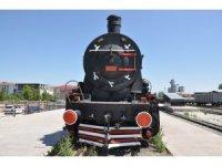 76 yıllık Kara Tren Kars Garı'nda sergileniyor