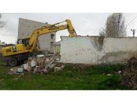 Çaldıran'da 9 metruk yapı yıktırıldı