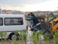 Konya'da suda mahsur kalan minibüse ilginç kurtarma