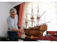 Ağaç parçaları tarihi savaş gemilerinin maketlerine dönüşüyor