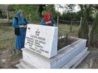 Eşinin bulunması için şehit oğlunun mezarında dua ediyor