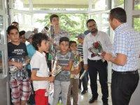 Kur'an kursu öğrencileri huzurevini ziyaret etti