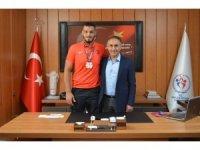 Başarılı güreşçi Güngör, Müdür Arıcıoğlu'nu ziyaret etti