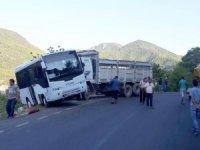 Okul servisine kamyon çarptı: 3 öğrenci yaralandı