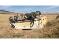 Lastiği patlayan kamyon devrildi: 1 yaralı