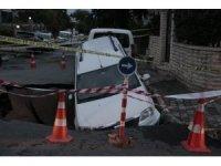 Eyüpsultan'da su borusu patladı, otomobil dev çukura düştü