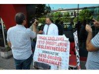 Hastanede FETÖ'cülerin çalıştığı iddiasıyla oturma eylemi başlattı