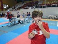 Foçalı minik karateci İstanbul'dan iki madalyayla döndü
