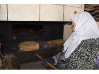 """""""Sultan Ana"""" somun ekmekle geçimini sağlıyor"""