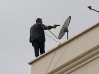 Çatıda havaya ateş açan kişiyi Vali Yardımcısı ikna etti