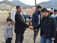 Kaymakam mangal kömürü yapan aileleri ziyaret etti