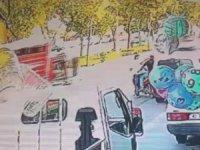 Araçtan çanta hırsızlığı güvenlik kamerasında