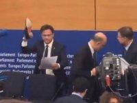 AB komiserinin notlarını ayakkabısıyla ezdi