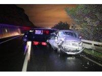 Kaza yapıp sürücüsünün kaçtığı minibüse 2 araç çarptı: 1 yaralı