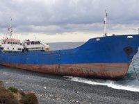 Yalova'ya söküm için getirilen 2 gemi karaya oturdu
