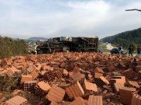 Freni patlayan kamyon devrildi: 4 yaralı