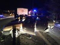 Otomobil aydınlatma direğini yıktı : 1 yaralı