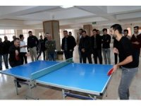 Vali Akbıyık, öğrencilerle masa tenisi oynadı