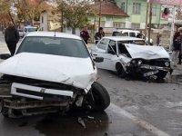Ehliyetsiz sürücü polisten kaçarken kaza yaptı: 3 yaralı